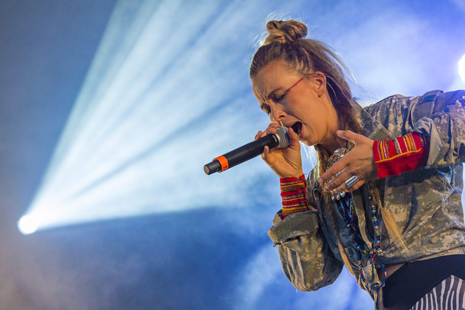 Artist som synger med lukkede øyne