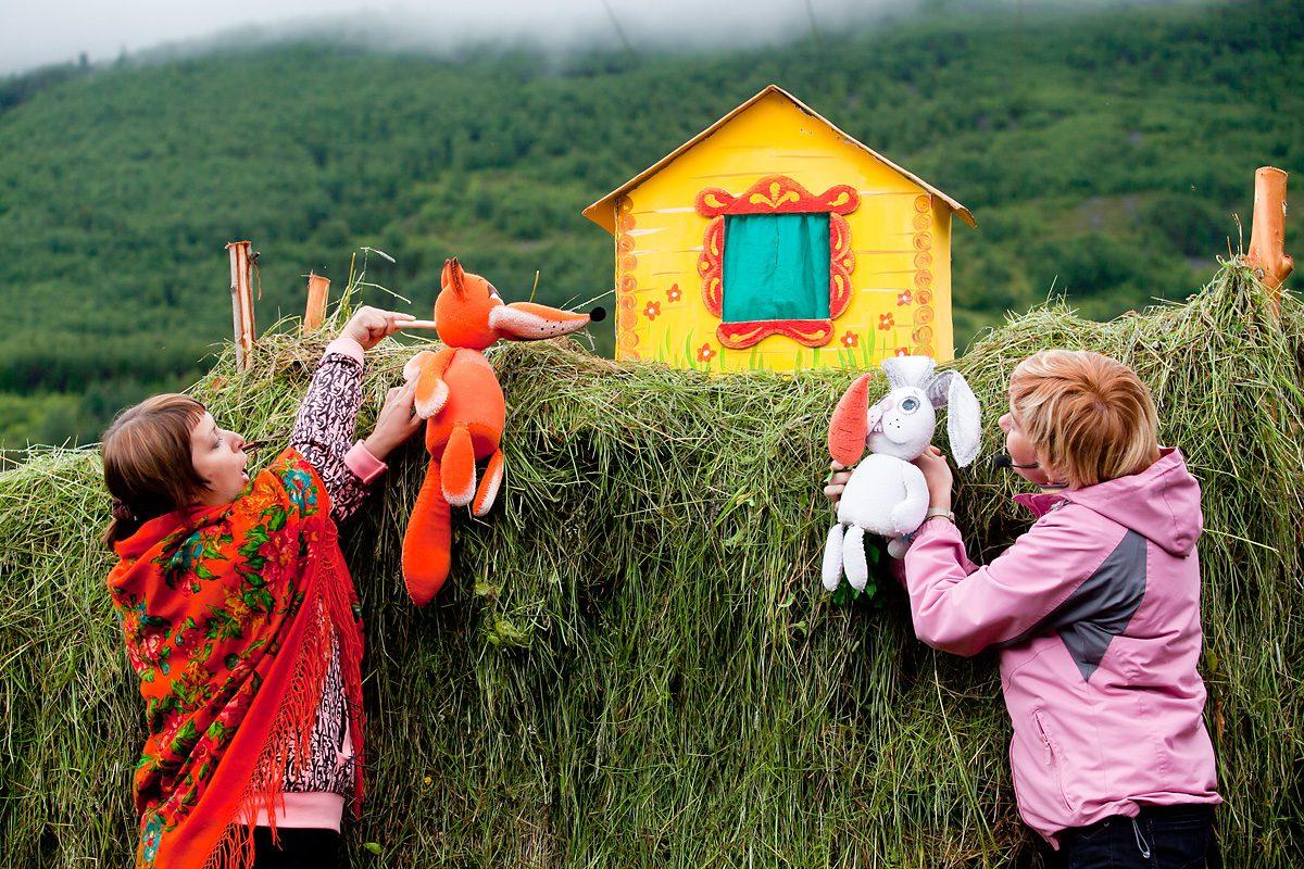 dukketeater med en rev og en kanin
